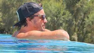 Fernando Alonso, en la piscina.