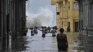 zentauroepp40057561 topshot cubans wade through a flooded street in havana on170911154541