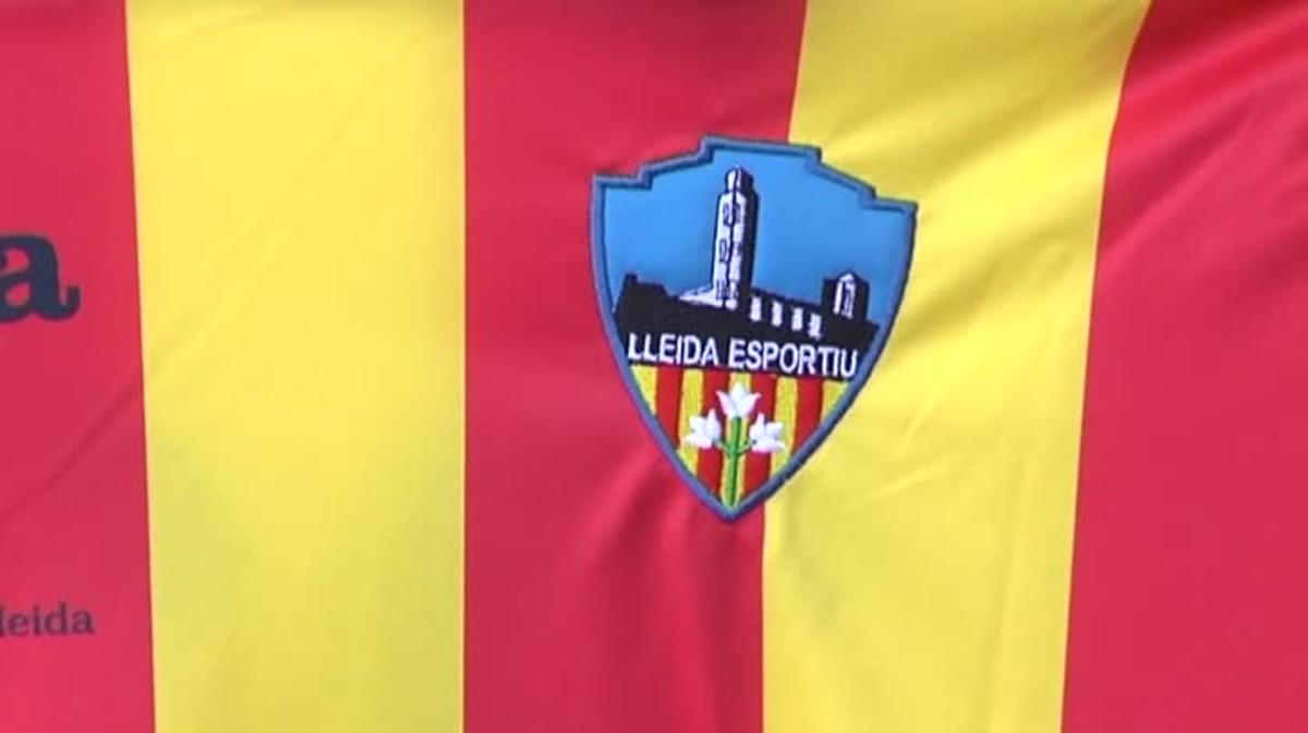 La Real Federación Española de Fútbol prohibió ayer al Lleida jugar con la camiseta cuatribarrada.