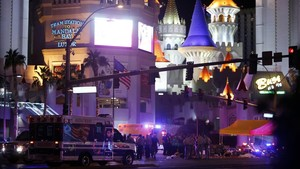 mbenach40389947 las vegas metro police and medical workers gather at an inte171002213741