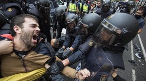 La policia nacional ha intentado desalojar a las personas concentradas en las puertas del colegio electoral Ramon Llull de Barcelona.
