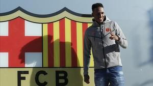 Yerry Mina posa ante el escudo del club.