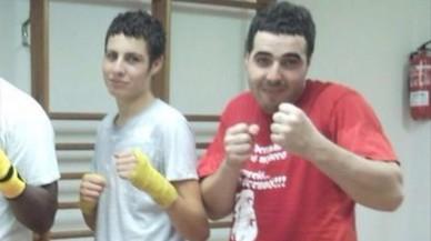 Abdelhak, con camiseta roja,practicaba kickboxing en el gimnasio de Arb�cies.