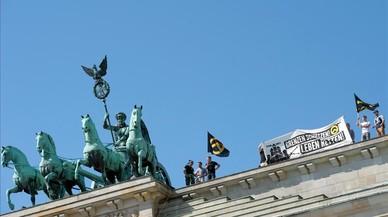 Uns nazis escalen la porta de Brandenburg per protestar contra els refugiats