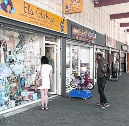 Comercios de la calle de Xavier Nogués, en el Besòs i el Maresme.