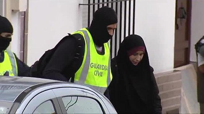 Detinguda a Barajas una noia que anava a Síria per unir-se a l'Estat Islàmic