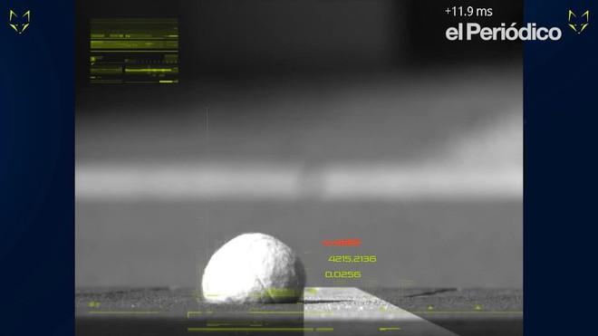 Da una imagen real y capta el momento exacto de dónde y cómo bota la pelota