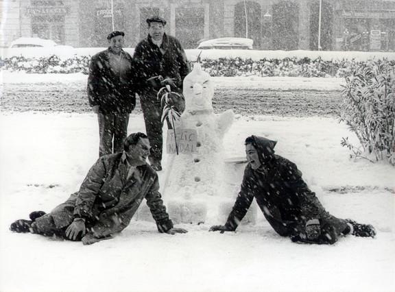 Algunos barceloneses se lo pasaron en grande y aprovecharon para jugar con la nieve y hacer mu�ecos como el de la foto.