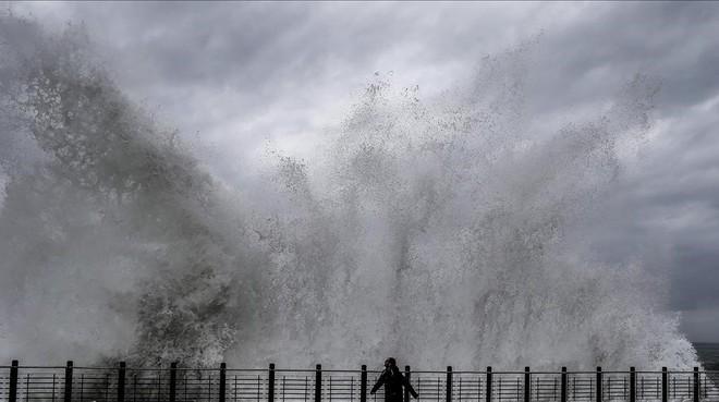 Una gran ola rompe en el paseo Nuevo de San Sebastián.