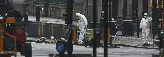 Investigadores forenses inspeccionan los alrededores del lugar del atentado, en el puente de Westminster.