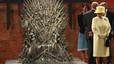 Isabel II protagonitza una curiosa imatge durant la visita a l'estudi de la sèrie 'Juego de tronos' a Belfast