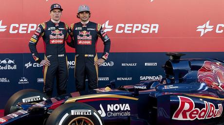 Max Verstappen (izquierda) y Carlos S�inz, durante la presentaci�n del coche de Toro Rosso, en Jerez de la Frontera, el 31 de enero