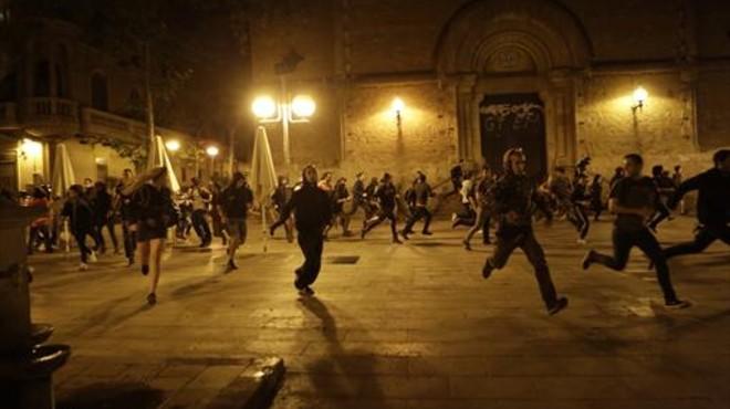 Un momento de una de las carreras de los manifestantes, anoche, en Gr�cia.