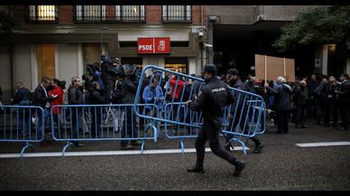 Periodistas, polic�as y decenas de simpatizantes, ante la sede del PSOE en Madrid.
