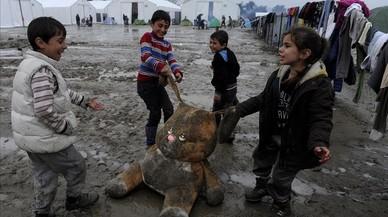 """La masificación es uno de los """"problemas cruciales"""" en los centros para refugiados de Italia y Grecia"""