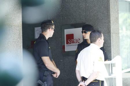Dos guàrdies civils, a l'entrada de la seu de la Societat General d'Autors i Editors (SGAE), durant el registre d'aquest matí, a Madrid.