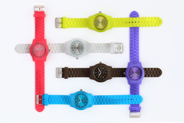 EL PERI�DICO se adelanta al verano con relojes de vivos colores