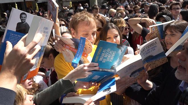 Albert Espinosa, Risto Mejide y Blue Jeans firmando libros entre la multitud de seguidores.