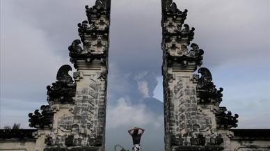 Un turista observa la erupción desde el templo Lempuyang