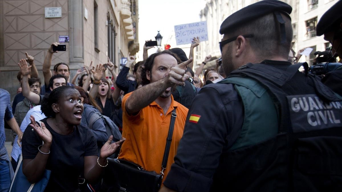Varios manifestantes protestan frente la Conselleria d'Economia.