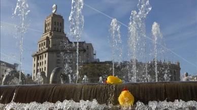 BCN s'omple d'aneguets de plàstic per demanar la gestió pública de l'aigua