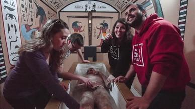 Eulalia y Josep rebuscan en el sarcófago de una momia, mientras Carlos y Anna miran jeroglíficos en el 'escape room' del antiguo Egipto de Game Point Center, en el Port Fòrum, aún sin inaugurar.