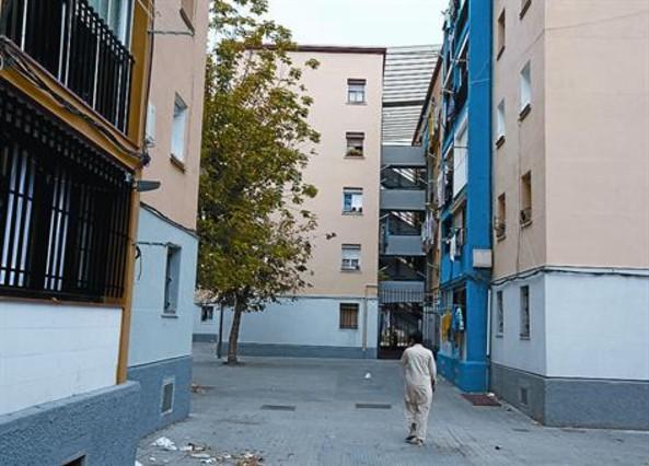 Bloques con pisos okupados en el barrio de Sant Roc, justo en el límite con el de Artigues, el lunes.