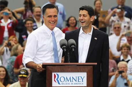 Mitt Romney saluda a Paul Ryan, tras anunciar que este ser su nmero dos, este sbado, en Norfolk (Virginia). 