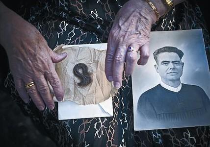 La fotografía de José Celda y el mechón de pelo que su hija guarda.