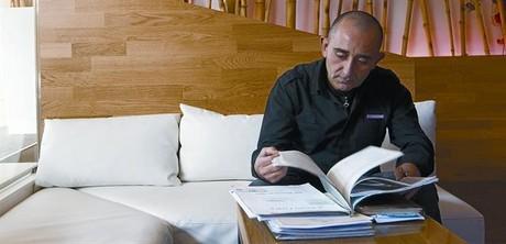 Zafra revisa els papers de la seva hipoteca a Vilafranca del Pened�s, ahir.