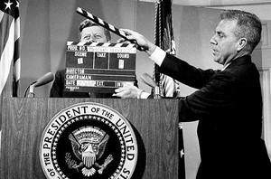 Gravació 8 El president John F. Kennedy, abans de començar una compareixença enregistrada per a la televisió a la Casa Blanca el 1963.