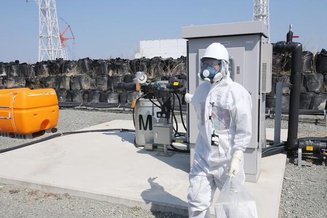 Un empleado de TEPCO, en Fukushima, vestido con un mono antirradiación, el pasado mes de abril.