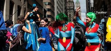 Dos activistas vestidas de 'Capit�n Planeta', en la marcha en defensa del clima, este lunes en Nueva York.
