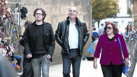Millán Fernández, Emilio Arias y Mercedes Espiño, en la plaza Fonseca de Santiago de Compostela, el domingo pasado.