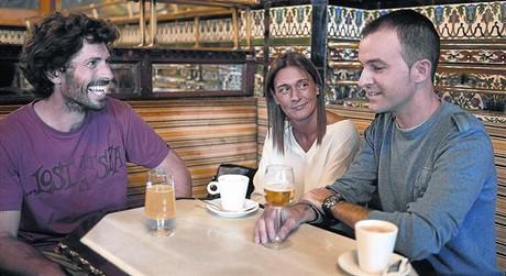 Fermín Aramendia, Arantza Jiménez i Aitor López, al Café Iruña de Bilbao.