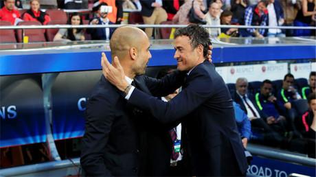 Pep Guardiola y Luis Enrique se abrazan antes de comenzar la ida de la semifinal de la Champions entre el Bar�a y el Bayern en el Camp Nou.