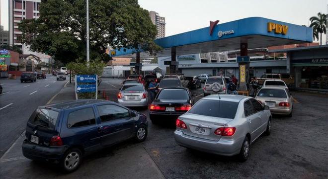 Vehículos hacen cola para abastecerse de gasolina, en una estación de servicio de Caracas, el 17 de febrero.