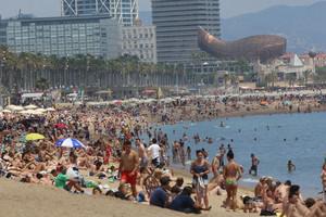 Bañistas en la playa de la Barceloneta, en Barcelona.