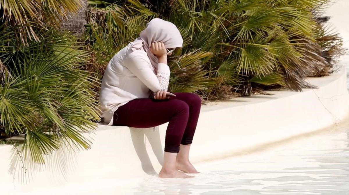 fcosculluela35173280 roses 17 8 2016 aquaparc de roses una musulmana se refresc170110163234