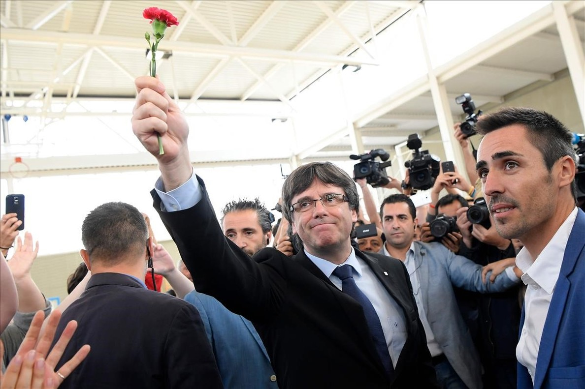 zentauroepp40367349 catalan president carles puigdemont holds a carnation in san171001114631