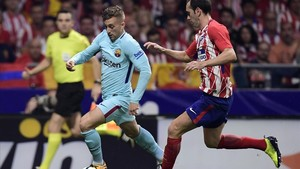 marcosl40540795 barcelona s spanish forward gerard deulofeu l vies with at171015170947