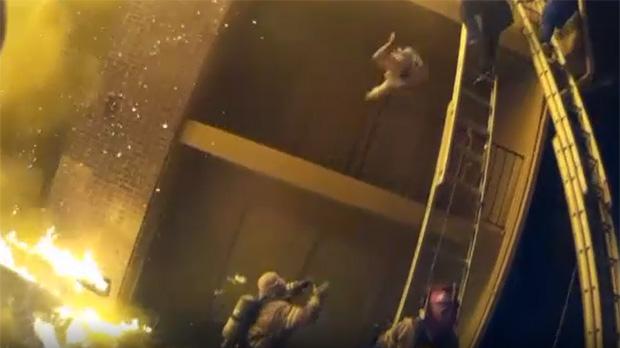 Un bombero atrapa al vuelo a una niña lanzada desde el balcón de su apartamento en llamas en Georgia (EEUU).