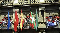 Chupinazo con la 'ikurri�a' en el balc�n del Ayuntamiento de Pamplona