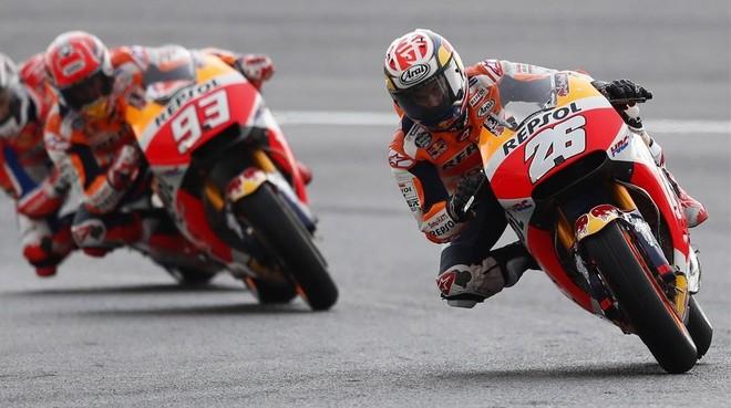 Dani Pedrosa y Marc Máquez, ambos con Honda, en una de las vueltas decisivas de hoy en el GP de Jerez.