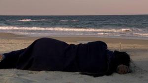 Estrenos de la semana. Tráiler de 'En la playa sola de noche'. (2017)