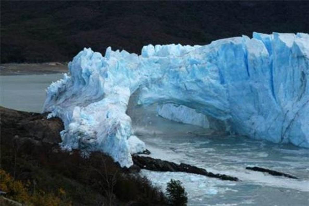 Espectacular ensorrament del característic pont de la glacera Perito Moreno