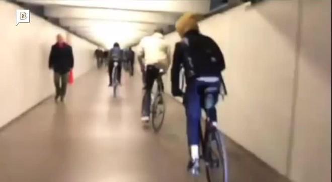 Un grup de ciclistes fan una cursa a tota velocitat en el transbord de Passeig de Gràcia.