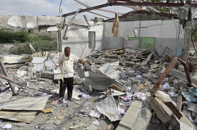 Yemen, EEUU, Arabia Saudí, Irán... - Página 8 Hombre-intenta-rescatar-algunas-pertenencias-edificio-bajil-yemen-destruido-por-coalicion-arabe-1451761912175