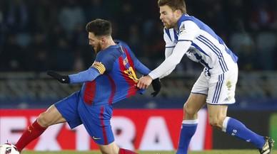 Illarramendi agarra a Messi por la camiseta en la jugada que le costó la tarjeta amarilla.