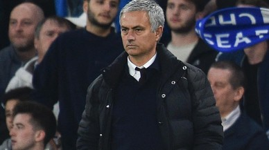 Jos� Mourinho contempla la goleada que sufre el Manchester United en su visita al Chelsea en Stamford Bridge (4-0).
